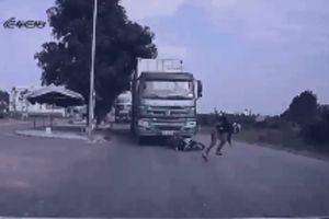 Thanh niên phi thân nhanh như cắt thoát chết trước đầu xe tải