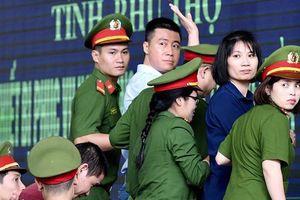 Xét xử đường dây đánh bạc nghìn tỉ ở Phú Thọ: Dì ruột của 'ông trùm' Phan Sào Nam có biểu hiện mệt mỏi tại tòa