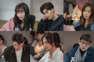 Buổi đọc kịch bản 'Romance Supplement ': Tình địch, em trai 'chị đẹp' Son Ye Jin sẽ ngăn cản tình yêu của Lee Na Young và Lee Jong Suk?