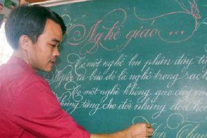 Lần đầu tiên xuất hiện thầy giáo có nét chữ 'rồng bay phượng múa', đẹp đến độ tưởng đúc từ khuôn
