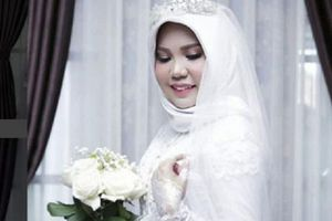 Hình ảnh cô dâu trang điểm xinh đẹp cầm hoa hồng trắng một mình tổ chức đám cưới cùng hôn phu đã qua đời gây xúc động mạnh