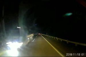 Ôtô bật đèn pha, lao vun vút ngược chiều trên cao tốc Nội Bài-Lào Cai