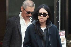 Bị mẹ từ mặt, Kim Min Hee vẫn sống chung với đạo diễn đáng tuổi chú