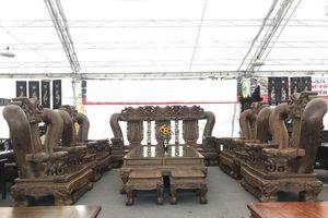 Cận cảnh bộ bàn ghế gỗ mun Nam Phi chạm long trổ phượng giá bằng một căn nhà ở Hà Nội
