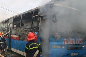 Thanh Hóa: Xe chở công nhân bốc cháy dữ dội