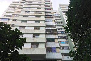Hà Nội: Bé trai rơi từ tầng 7 chung cư xuống đất, nằm bất động