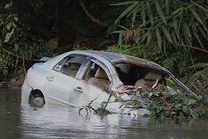 Bàng hoàng xe ô tô chở 3 người trong gia đình lao xuống vực