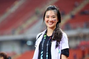 Chuyện chưa biết về nữ bác sĩ xinh đẹp của đội tuyển Thái Lan