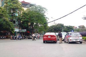 Điểm nóng giao thông: Bãi xe án ngữ nút Hồ Đắc Di - Đặng Văn Ngữ