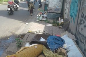 Đoạn vỉa hè thành nơi chứa rác vô cùng nhếch nhác, ô nhiễm