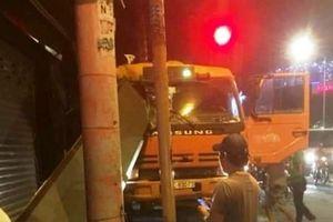 Tài xế bẻ lái xuất thần tại đèn đỏ, nhiều người thoát chết trong gang tấc
