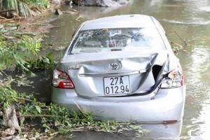 Điện Biên: Xe con lao xuống suối, 3 người thương vong