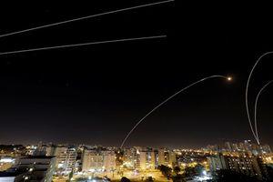Cận cảnh trận chiến tên lửa Israel và Hamas sáng rực trời đêm Gaza