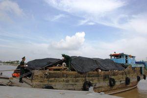 Khởi tố vụ án vận chuyển trái phép 35,6 tấn sắt phế liệu qua biên giới