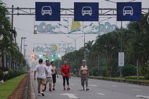 Vô tư tập thể dục giữa đường ô tô trước cổng sân bay Cát Bi