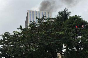 Khói bốc ngùn ngụt tại tòa nhà số 118 Hoàng Quốc Việt