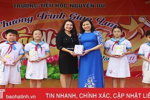 Trao tặng hơn 200 đầu sách cho Trường Tiểu học Nguyễn Du