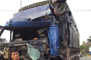 Bình Thuận: 2 xe khách nát bét sau pha đụng độ với xe tải