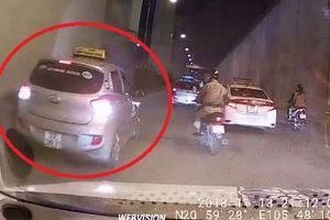 Clip: Coi thường Luật giao thông, taxi ngang nhiên lùi xe trong hầm chui ở Hà Nội