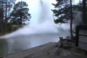 Clip: Điều kinh hoàng xảy ra khi sét đánh xuống dòng sông