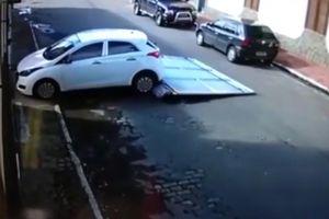 Ôtô lùi húc tung cánh cửa 70kg, đè trúng cặp vợ chồng già