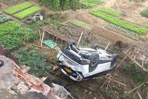 Clip: Nữ tài xế lùi xe CX-5 bay qua lan can cầu lao xuống sông