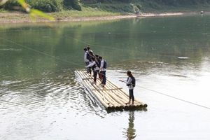 Xót xa cảnh học sinh, giáo viên đứng bè đu dây thừng qua sông đầy nguy hiểm rình rập để tìm đến con chữ