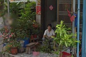 Đi qua ngôi nhà cũ, cô gái bật khóc khi chợt nhìn thấy người mẹ đã mất đang ngồi trước hiên nhà