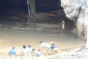 Vụ sập hang vàng ở Hòa Bình: Thi thể cuối cùng mắc kẹt trong thùng xe tải