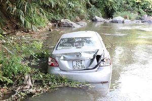 Điện Biên: Một xe ô tô con lao thẳng xuống vực sâu 40m nghi do tài xế buồn ngủ