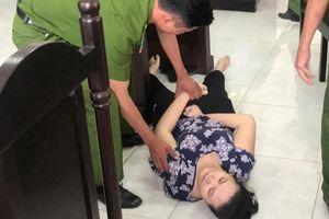 Bảo mẫu đánh trẻ sưng mặt ở Sài Gòn ngất xỉu khi tòa tuyên án tù
