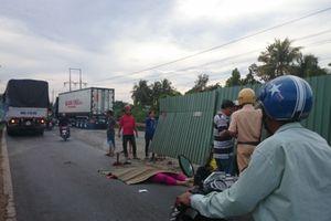 Vướng rào chắn công trình, người phụ nữ ngồi sau xe máy chết thảm