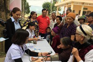 Khám bệnh, cấp thuốc miễn phí cho bà con vùng lũ Phú Thọ