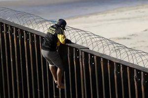 Hàng trăm người di cư sẵn sàng vượt rào để đặt chân vào Mỹ