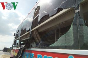 Né xe máy sang đường bất cẩn, xe tải tông xe khách