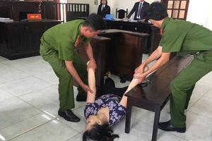 Bị tuyên án tù, bảo mẫu đánh đập trẻ dã man ngất xỉu tại tòa