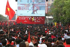 Lắp 5 màn hình 'khủng' ở Phố đi bộ Nguyễn Huệ cho người dân xem AFF Cup 2018