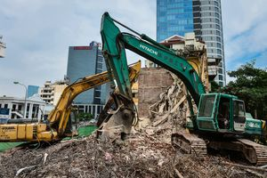 Phá dỡ chung cư bỏ hoang 7 năm ở Hà Nội