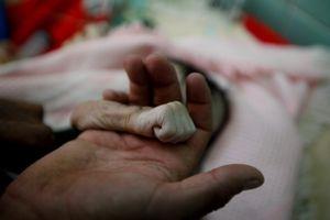 Người cha Yemen vĩnh biệt con gái 4 tháng tuổi qua đời vì đói