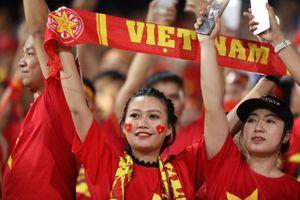 Sài Gòn - Hà Nội tưng bừng trước chiến thắng 2-0 của tuyển Việt Nam