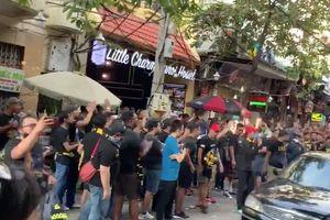 CĐV Malaysia hâm nóng bầu không khí trước thềm trận đấu tại Mỹ Đình