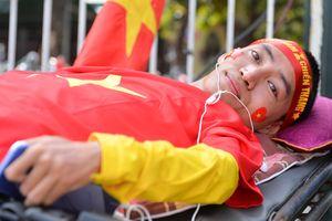 Cổ động viên nằm xe lăn đi từ Nghệ An ra Hà Nội cổ vũ đội tuyển