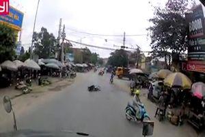 Xe máy tạt đầu khiến cô gái ngã ngay trước đầu xe container