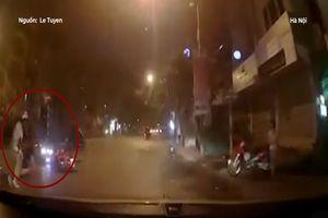 Tài xế phóng nhanh, đâm thẳng vào xe máy qua đường