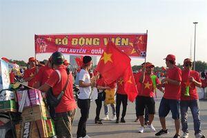 Hàng ngàn cổ động viên 'nhuộm đỏ' Sân Mỹ Đình trước giờ bóng lăn