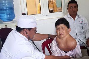 Phẫu thuật thành công bệnh nhân bị bướu cổ 'khủng'