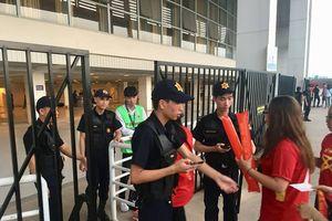 Cảnh sát siết chặt kiểm tra, đưa 'cảnh khuyển' tới sân Mỹ Đình làm nhiệm vụ