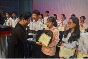 Động viên tinh thần hiếu học của học sinh Đồng Nai