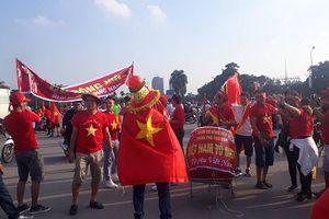 Trận Việt Nam- Malaysia: Hàng ngàn CĐV nhuộm đỏ sân Mỹ Đình trước giờ bóng lăn