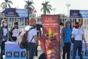 CĐV từ Thanh Hóa, Nghệ An mang cờ đỏ, băng rôn ra Mỹ Đình cổ vũ cho đội tuyển Việt Nam